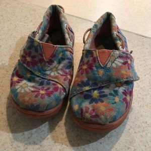 Fun toddler size 9 Toms
